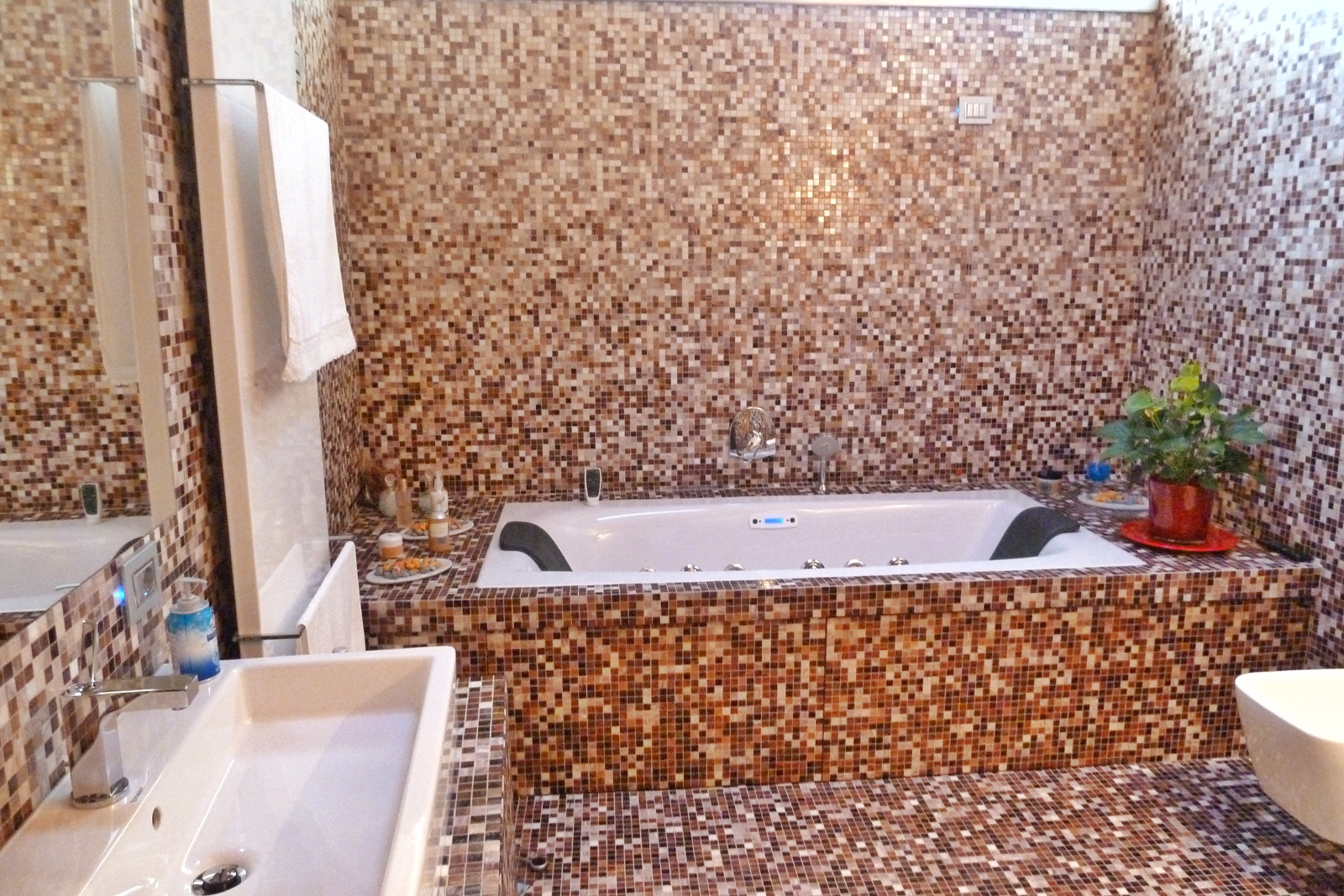 Bagno moderno in mosaico